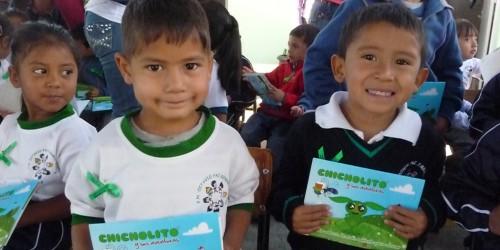 Niños mostrando su kit ambiental de Chicholito